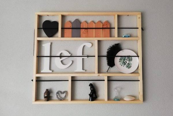 wanddecoratie van hout met elastiek waarachter je foto's etcetera kunt zetten