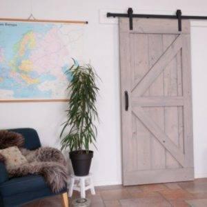 loftdeur grijs met een zwartstalen schuifdeursysteem