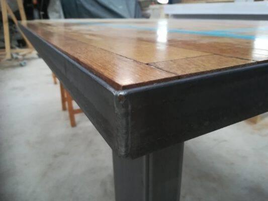 Zwart stalen randafwerking om tafelblad